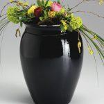 Urnica Keramik Urne, schwarz glänzend glasiert mit Blumendekoration · Antje Willer · Design