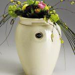 Urnica Keramik Urne, perlmuttfarbend glasiert mit herausnehmbaren Effektglasrubin, Blumendekoration · Antje Willer · Design